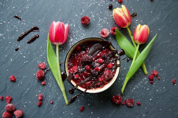 Frühling, Schüssel, Schokolade, zuckerfrei, vegan, lecker, Rezept, schnell, eis, Selbermachen, eis selber machen, cleaneating, eat clean, zuckerfrei, glutenfrei, rot, grün, Tulpen, Blumen, Beeren, Snack, frühstück, Dessert