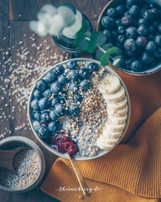 blueberries, overnight oats, breakfast, frühstück, therawberry, lecker, delicious, simple, einfach, oats, Haferflocken, essen, food, meal prep, fast, quick, schnell, glutenfree, gluten frei, dairy free, GF, no refined sugar, industriezucker frei, Diät, vegan, Schüssel, bowl, food photography