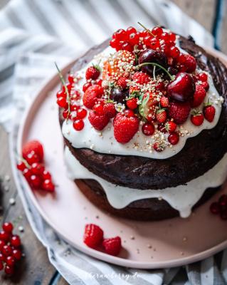 cake, berries, very berry, kuchen, beret, lecker, delicious, einfach, easy, healthy, gesund, vegan, backen, baking, yum, yummy, chocolate, schokolade, layers, schichten, plant-based, Erdbeeren, strawberries, coconut yoghurt, kokosjoghurt, vegan, therawberry, food photography, fotografie, essen, food, dessert, nachtisch, plant-based, wunderschön, Geburtstag, birthday, art, kunst