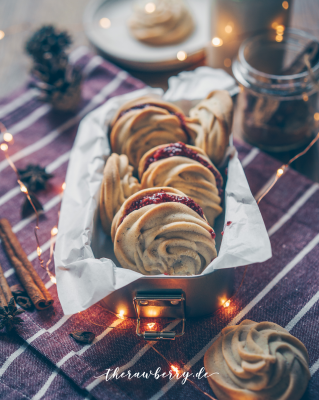cookies, kekse, vegan, lecker, delicious, no dairy, ohne milch, spritzgebäck, whipped shortbread, chia jam, chia marmalade, sandwich cookies, sandwich kekse, christmas, weihnachten, weihnachtlich, backen, baking, easy, einfach, simple, quick, fool proof, super, therawberry, plant-based