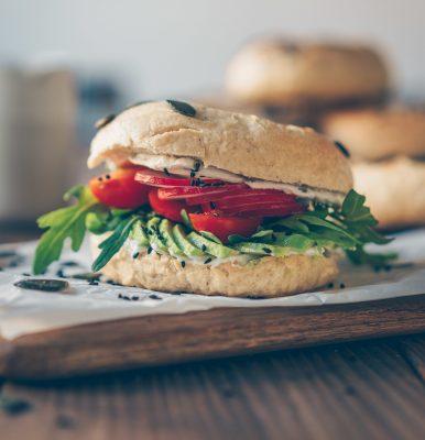 bagels, vegan, homemade, delicious, healthy, gesund, backen, baking, diet, wholefood, vegan backen, vegan baking, savory, dinner, lunch, snack, Abendessen, Mittagessen, sandwich, bagel sandwich, avocado, gesund, rezept, recipe, food, essen, einfach, simple
