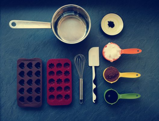 Utensilien, Schneebesen, Küchenschaber, Messbecher, Zutaten, Pralinenförmchen